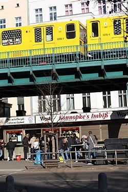 Bei Kannopke's Imbiß fühlen sich alle Berliner Zuhause. Viele schwören auf die original Berliner Currywurst, die es hier gibt >> Konnopkes Imbiss (for Currywurst) by David Lebovitz, via Flickr #Berlin