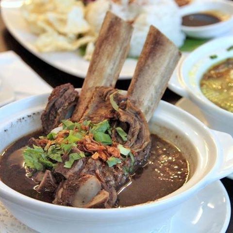 Sop konro, makanan tradisional suku Bugis.