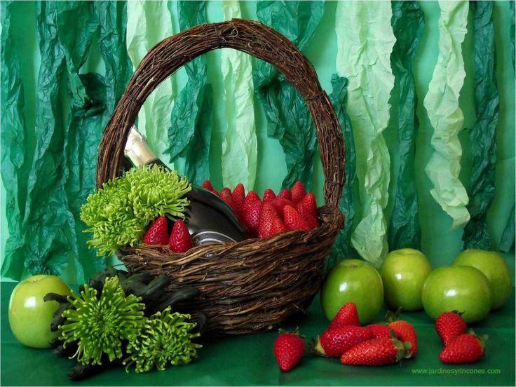Idea para regalo. Cava con fresas. Trabajo de Jardines y Rincones Paisajismo