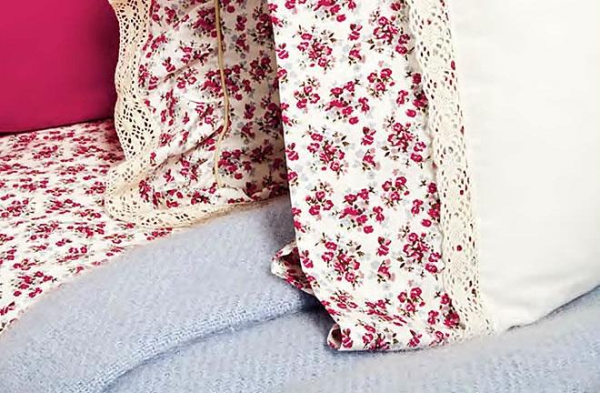 Las sábanas con diseño de flores liberty, el embozo rematado con una pequeña puntilla que le da un toque muy romántico y provenzal. Juego de toallas también con la misma tela y cojines de varios tamaños y tela de saco.  Todo lo que necesitas para decorar tu habitación esta primavera de una manera muy romántica. Lo podrás encontar en www.lagarterana.com