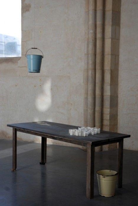 "Katinka Bock, ""Stadt am Fluss"", 2009, table, papier, seau, eau."