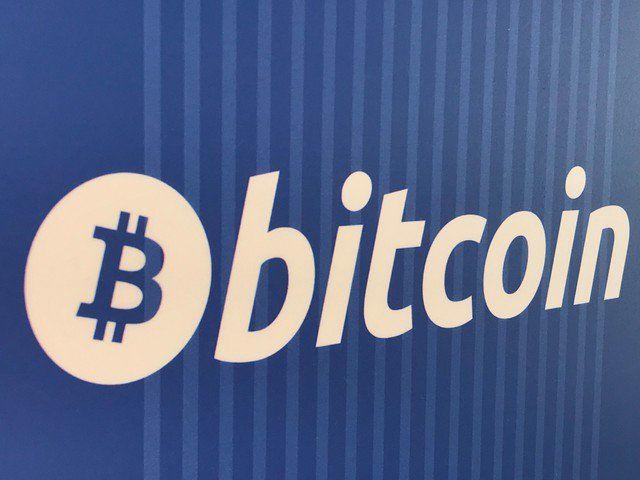 Regulaciones hunden al Bitcoin por debajo de los $10.000 - En la imagen, un logo de bitcoin en un cajero en Santa Monica, EEUU, el 4 de enero de 2018. REUTERS/Lucy Nicholson LONDRES/TOKIO (Reuters) – El bitcoin llegó a perder un 20 por ciento el miércoles, para cotizar por debajo de 10.000 dólares, arrastrando a otras criptomonedas por temores de i... - https://notiespartano.com/2018/01/18/regulaciones-hunden-al-bitcoin-debajo-los-10-000/