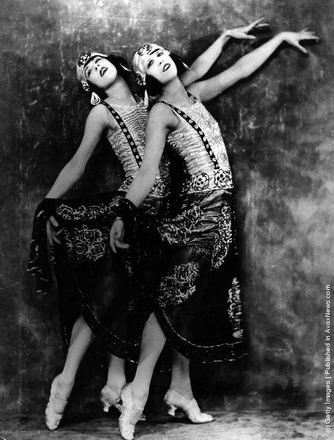 Two young women who perform in a cabaret at the Piccadilly Hotel strike a pose. (Photo by Hulton Archive/Getty Images). Circa 1925
