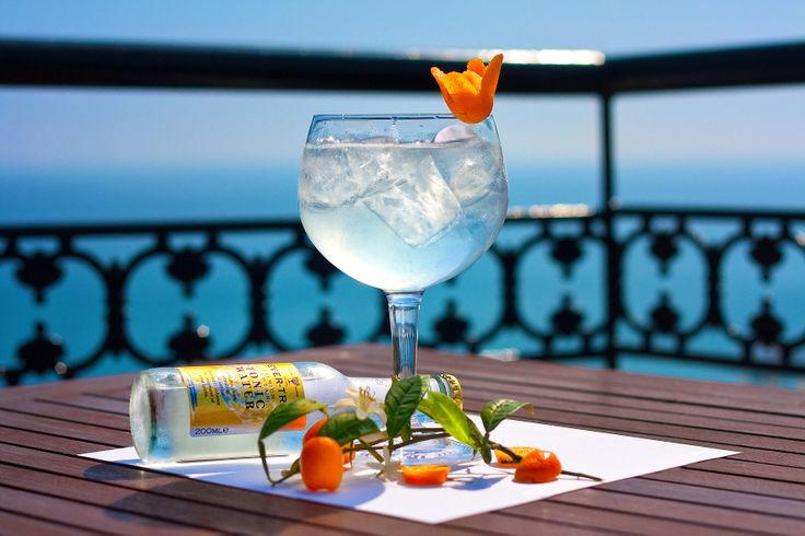 Disfruta de los mejores Gin Tonics con vistas al mar // Enjoy the bes Gin&Tonics besides the sea