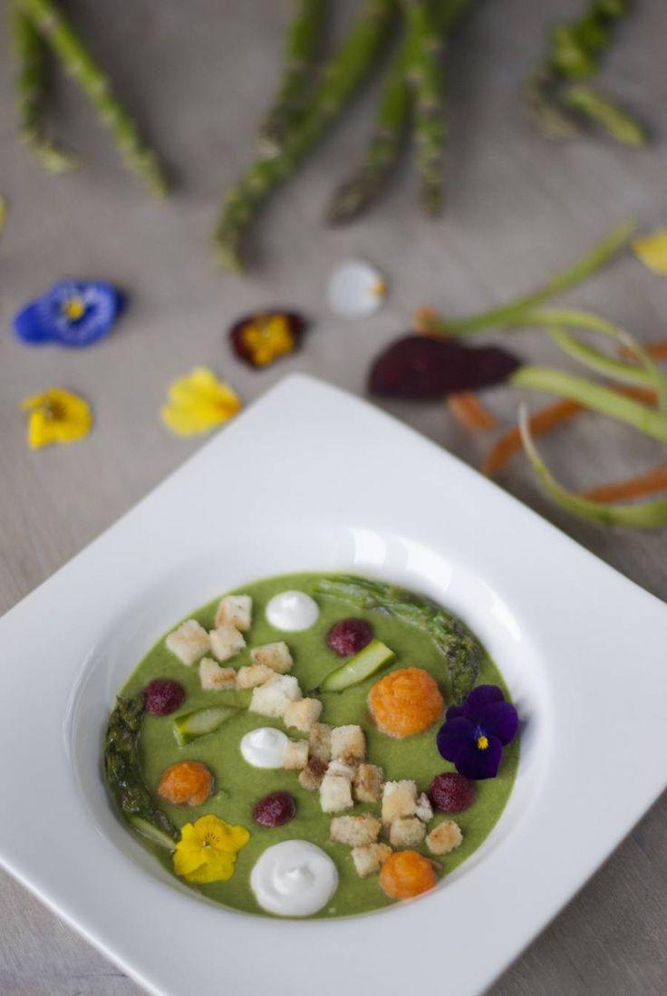 Vellutata di asparagi e spinaci con crema al caprino: La #vellutata di #asparagi e #spinaci con #crema al #caprino è una ricetta molto semplice, eppure presentata in maniera inusuale: conquista alla vista!