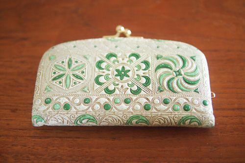 文庫革のがま口財布。「水金地火木土天冥海」革に型押しを施したデザイン