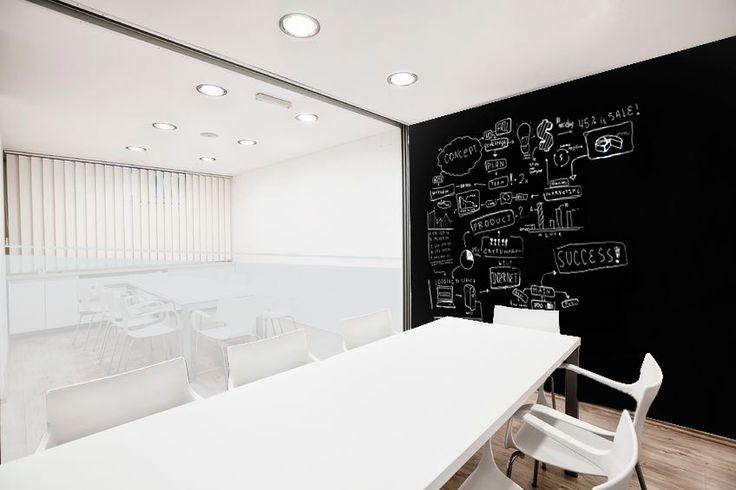 Pizarras personalizadas en salas de reuniones para oficina. #office #board #oficinas #decoración #vinilos