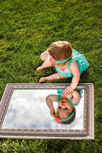 baby kan zichzelf zien in spiegel. heel leuk voor een baby. ( je kan er eventueel slagroom bij gebruiken om het nog leuker te maken.)