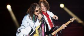 """Vocalist Steven Tyler (L) and guitarist Joe Perry of Aerosmith perform during their """"Aerosmith: Let Rock Rule"""" tour at The Forum in Inglewood, California July 30, 2014. REUTERS/Mario Anzuoni/File photo"""