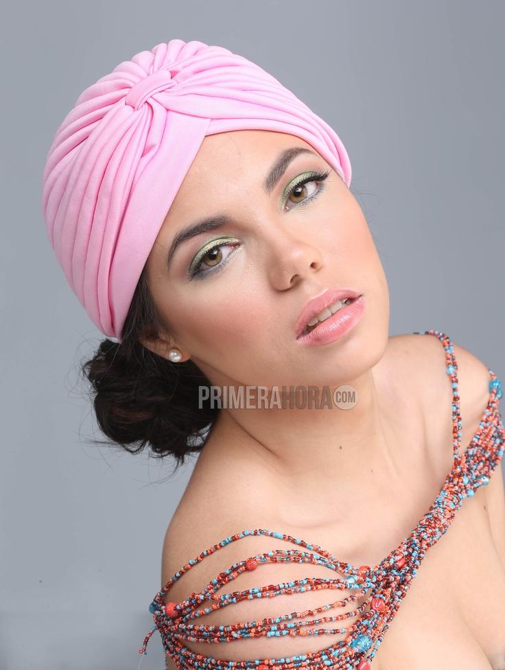 Turbante rosa pálido, fruncido en el frente, $5.00, de Kioskito; collar de cuentas en tonos ámbar y azules, $30, de The Clutch