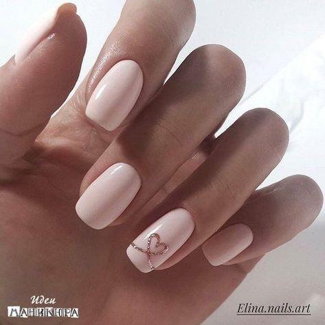 Unghie quadrate con gel rosa chiaro e piccola decorazione color oro a forma  di cuore.