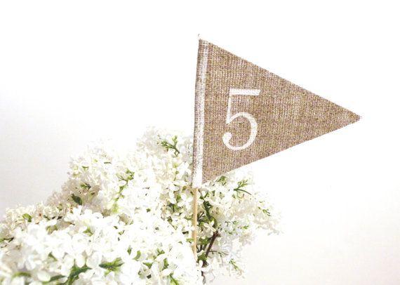 Rustique Table de mariage numéro table rustique numéro toile de jute numéros de table, centre de table numéro drapeau table rustique décor mariage personnalisé