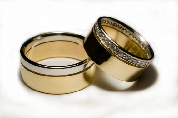 Quando o casal decide que é hora de subir ao altar e oficializar a união, um dos símbolos que representam este novo passo do relacionamento é a aliança. Pelas tradições, a joia deve conter um brilhante e ser colocada no dedo anelar da mão direita. - Veja mais em: http://m.vilamulher.com.br/familia/relacionamento/tendencias-em-aliancas-de-noivado-ouro-rosa-e-diamante-negro-7461.html?pinterest-mat