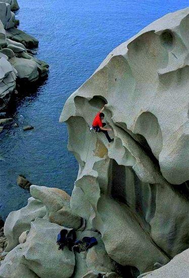 Oh ja...eine ganz eigene Kulisse zum Klettern. #climbing in #Sardinia Italy