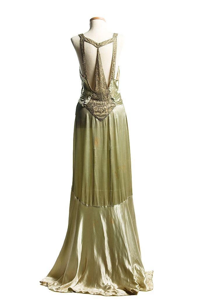 De satén de color verde claro vestido de noche, etc. 1932. De las colecciones del Museo de Charleston