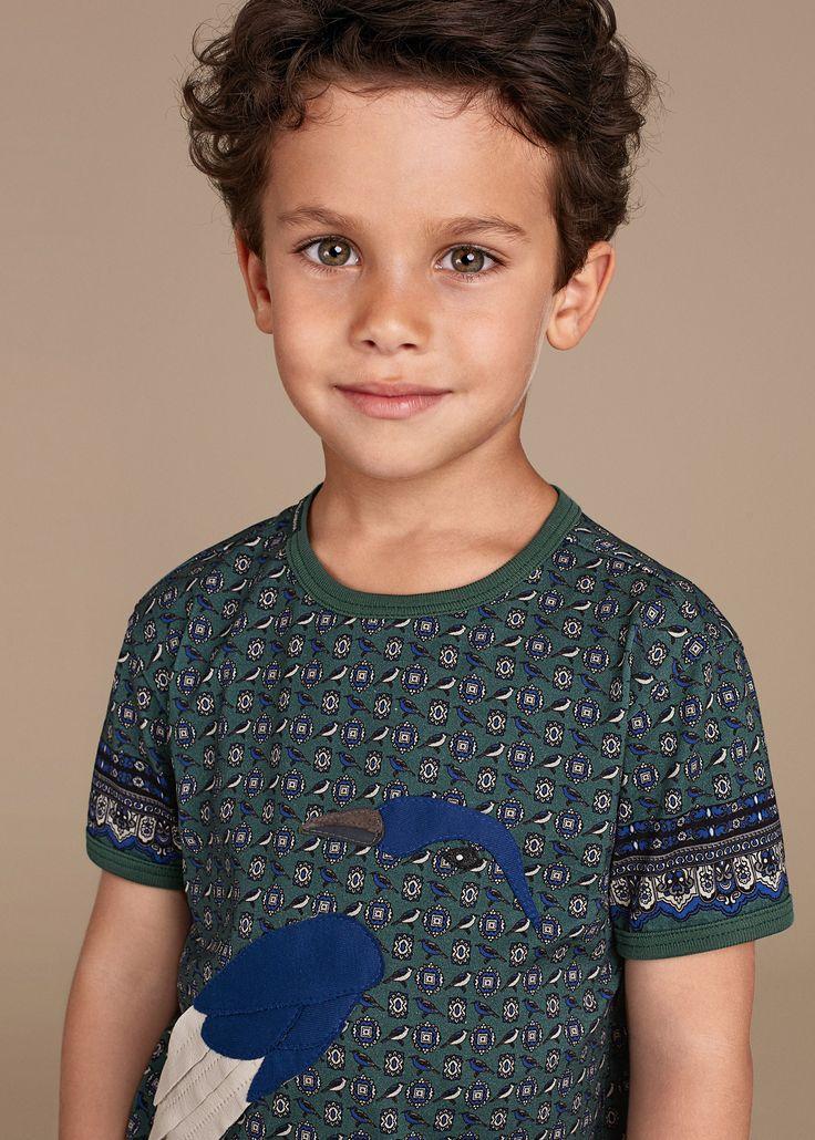 Jungs mit braunen Haaren und haselnussbraunen Augen