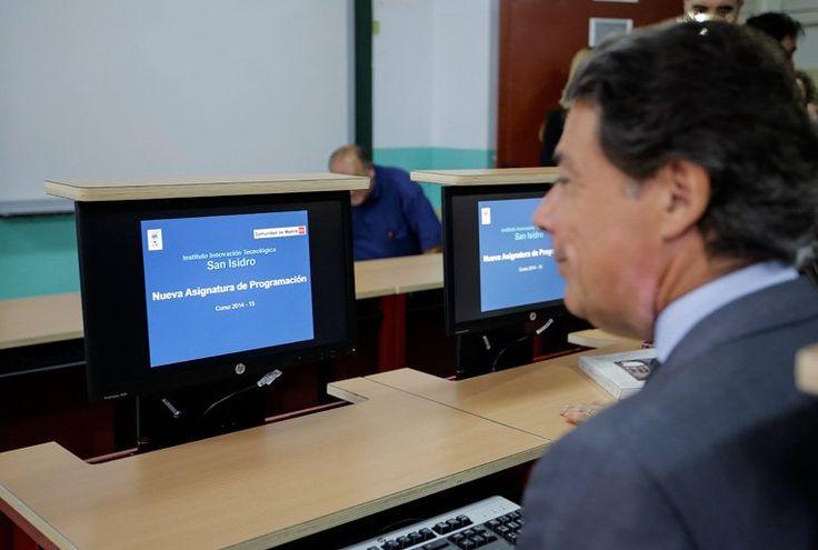 Ignacio González visita el instituto San Isidro, uno de los 15 IES que imparten este curso la nueva asignatura de Programación