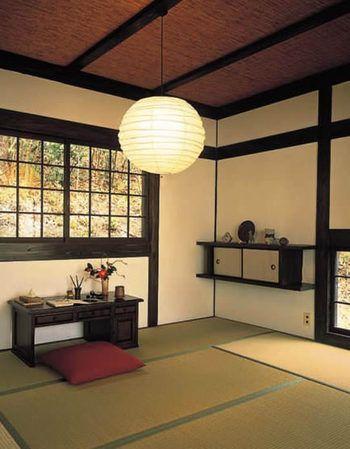丸い和紙のシェードから溢れる柔らかな明かり。和モダンなデザインの照明なら、おしゃれなだけでなく和室ならではの厳かな雰囲気も増します。
