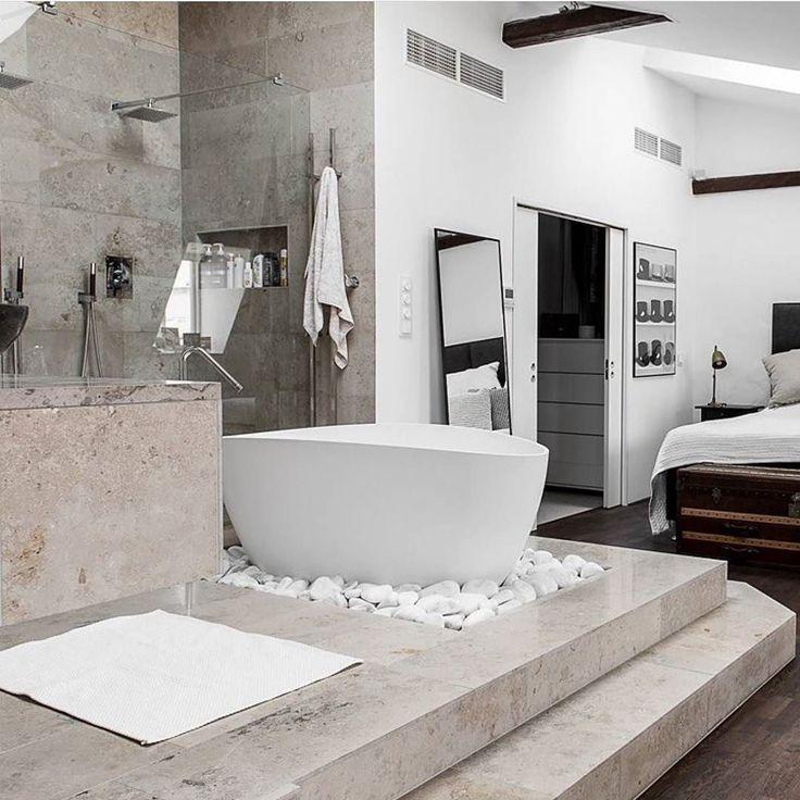 Vakre Ellipse badekar fra Westerbergs med en silkematt overflate tynne vegger og en unik form Designet av Måns Broman. Ellipse i hvit samt hvit med sort utside finner du i nettbutikken vår #rørkjøp