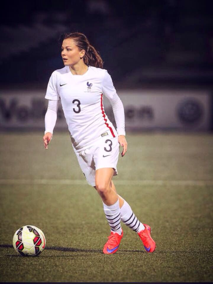 23 best images about laure boulleau on pinterest coupe - Fille joue au foot ...