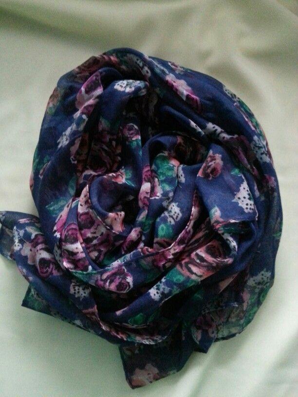 Grote collectie sjaals met leuke prints. Verkrijgbaar bij fb/Moslima. Scarfs.