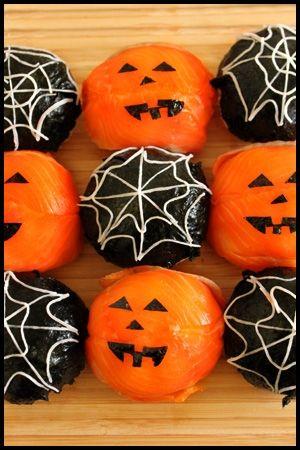 「ハロウィンに★カボチャおばけとクモの巣おにぎり★」ハロウィンパーティーで盛りあがる事間違いなしです!!オレンジと黒が目をひく、ジャックランタンとクモの巣おにぎり!【楽天レシピ】