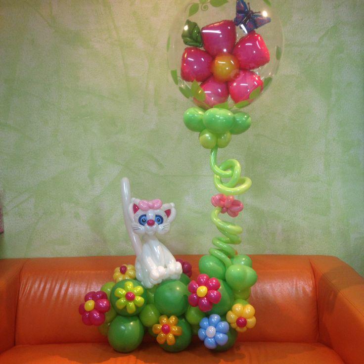 Кошка на полянке из воздушных шаров.