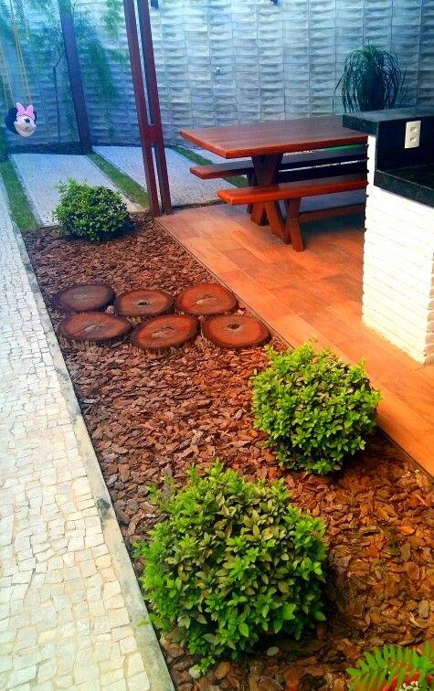 Detalhe jardim residencial com azaleias topiadas, cascas e toras de madeira. Paisagistas: Franklin Maia e Georlando Pinheiro