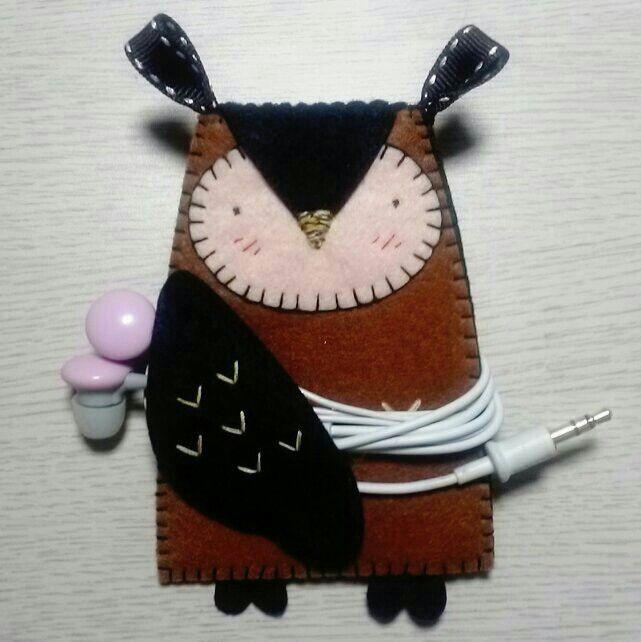 Felt owl. Earphone holder