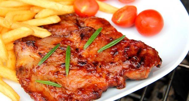Grillezett sertéstarja recept BBQ szószban: A sertéstarja elkészítésének egyik legfinomabb módja, ha BBQ szószban pácolva grillezzük. Próbáld ki te is! ;)