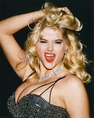Hingga kini, kematian Anna Nicole Smith menjadi hal yang tak terlupakan. Pasalnya, tak ada yang tahu pasti penyebab kematian penggemar Marilyn Monroe ini. Dia ditemukan tak bernyawa di hotel Minole Hard Rock. Ditemukan sejumlah resep obat di sekitar jenazah, namun polisi tak yakin dia meninggal akibat overdosis. Seperti idolanya, Marilyn, wanita ini juga terlibat banyak skandal dan kontroversi semasa hidupnya. Dia pun juga pergi saat berada di puncak popularitas.