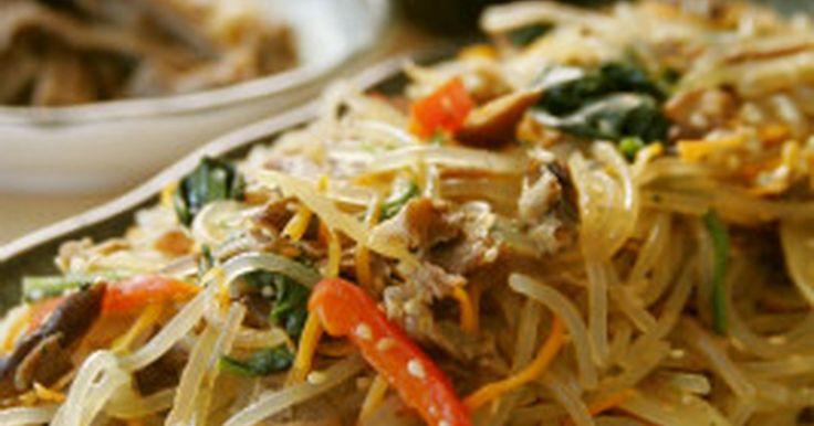 本場韓国ではお祝いの席によく登場するチャプチェ。韓国の家庭でも大量に作るほど人気の料理です。ごま油とにんにくの風味たっぷりでご飯もすすみます♪