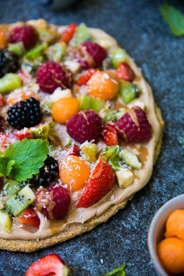 Hedelmäpizza on ihana jälkkäri, josta syntyy brunssi - tai kahvipöydän kuningatar. Tuunaa lempparitäytteilläsi, ja herkuttele! Gluteeniton, vegaaninen.