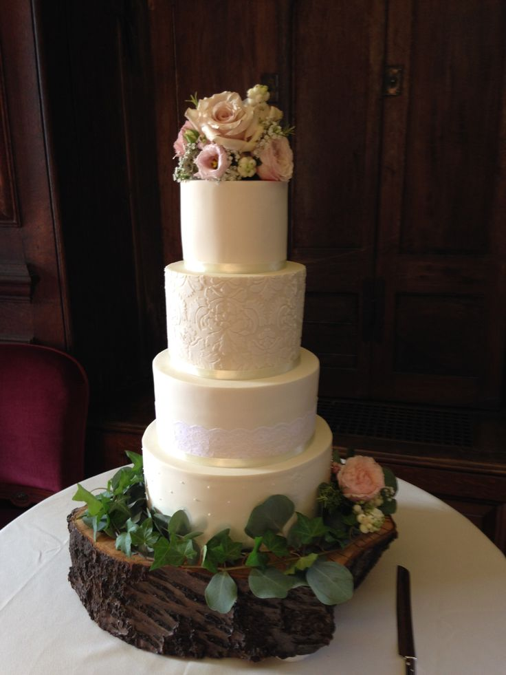 Flower cake decoration of Quicksand roses, Keira Roses, Lisianthus, Snowberries, Scabiosa Stellata, Ivy and Eucalyptus