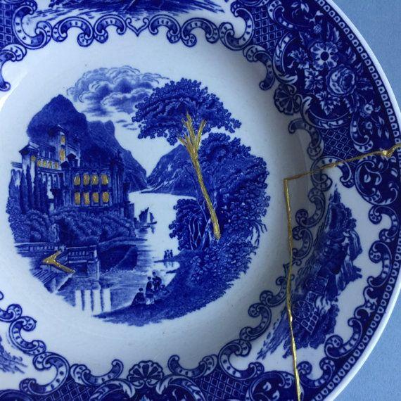 Se trata de una hermosa cena vintage placa (sellada) en nuestro estudio mediante la técnica japonesa de Kintsugi. Tiene un diseño azul de Camebridge vieja Inglaterra. La placa se hace por Royal Sphynx Maastricht en Holanda. Kintsugi es un medio de reparación que abarca defectos o imperfecciones. En lugar de ocultarlos, grietas acentuadas por iluminar con oro. De esta manera se agrega belleza y objetos obtención una segunda vida. Nuestro Kintsugi está hecho de cerámica real roto (no sólo la…