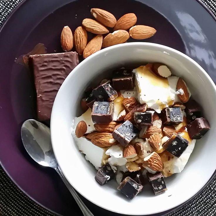 Kaffelunsj uten kake? Lag deg deilig tyrkisk yoghurt som du smaksetter med litt fibersirup og ren vanilje. Topp med finhakkede mandler og en arkinsbar  #teamtjockkocken #lavkarbo #nedivekt #lchf #lowcarb #kosthold #lavkarbomat #lchftjejer #lavkarboimitthjerte #lchfkostfunkar #jagtogbeslutet #lavkarbonorge #instafood #food #weightloss #eatclean #mat #jaggavallt #jagochminlchfresa #fett #protein #ketose #keto #ketosis #ketochallenge #minatkins #enatkinsomdagen by monicafrojd