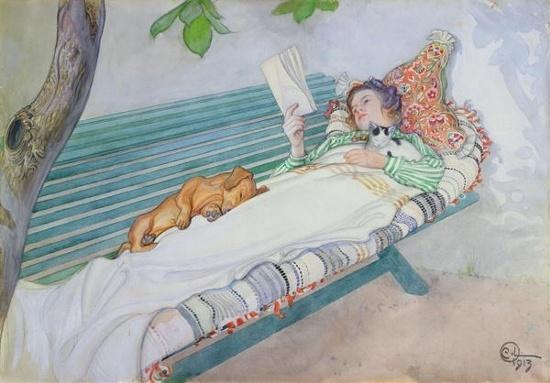 < Woman Lying on a Bench > (1913) Carl Lasson: 칼 라손은 19세기 스웨덴 자연주의 화가이다. 그의 그림은 주로 색이 고운 파스텔톤으로 부드러운 색채 때문에 따스하고 깔끔한 느낌을 준다. 또한 일본화를 보고 감동받아 그림에 테두리를 넣어 그리게 되었다고 한다. 그래서인지 만화 삽화의 한 장면 같이 느껴지기도 한다. 이 그림 속의 여인은 정원 벤치에 길게 누워 책을 읽고 있다. 근데 여인은 정원에서 책을 읽기 위해 단단히 준비해 온 듯 하다. 몸이 베기지 않도록 하기 위한 이불이랑 베개까지 가져와 책을 보고 있다. 강아지와 고양이도 그녀의 여유가 부러웠는지 함께 따라와서 강아지는 여인의 무릎에 누워 자고 있고, 고양이는 여인의 손 안에서 편히 쉬고 있다. 파스텔톤으로 칠해져서 그런지 더욱 평화롭고 여유로워 보이며, 마치 동화에 나오는 삽화 같은 느낌도 든다.