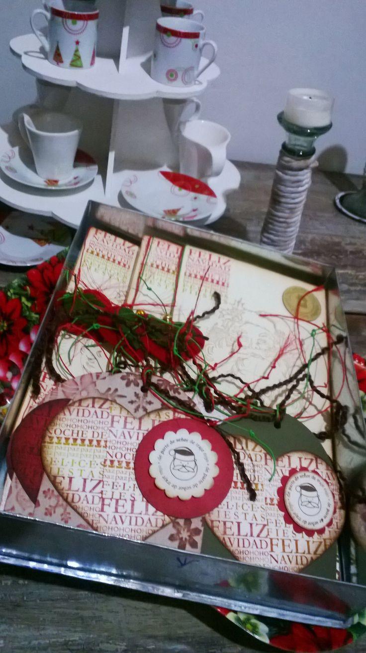 empaques de regalos de navidad presentados en caja decorativa con tarjetas hechas a