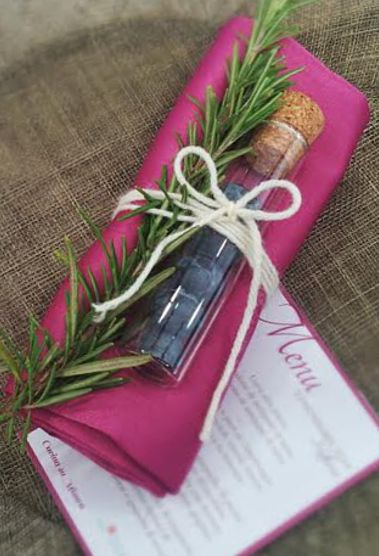 Un segnaposto originale: una provetta di... mirtilli! www.becooking.it #becooking #wedding #banqueting #roma #milano #cucinasumisura #mirtilli #rosmarino #provetta #segnaposto #love4details