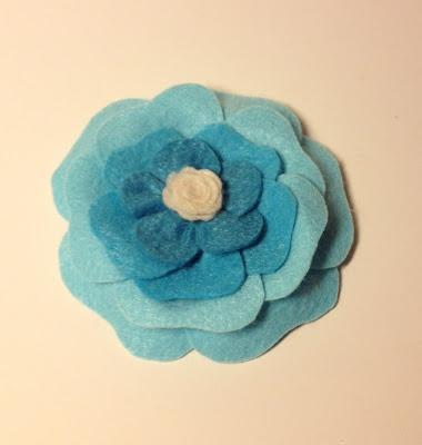 Pembe Camekan: Mavi Japon Gülü Yaka İğnesi (keçe broş)