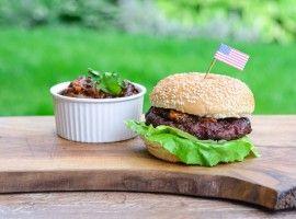 Burger z kawałkami śliwek kalifornijskich, kolendrą i chutneyem