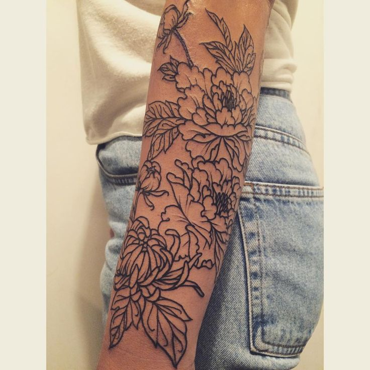 Love how thik the lines are... peonies + chrysanthemum floral forearm for Jordan tatuajes | Spanish