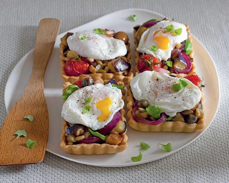 Crostatine con caponata e uovo in camicia