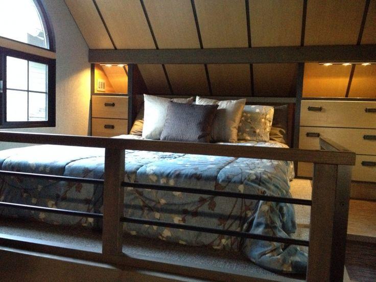 En el segundo piso se encuentra el cómodo dormitorio, y en él una espaciosa cama con sistema de almacenamiento incluido.