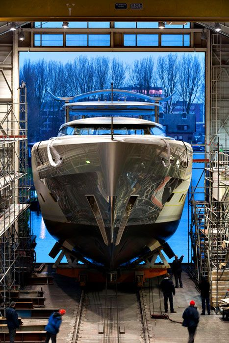 Como, Feadship Yachts last perl. All yacht-builders face pressure trying to meet the needs of clients while staying ahead of other shipyards. The pressure increases greatly when meeting the specifications of Neville Crichton, one of the world's most renowned yachtsmen.