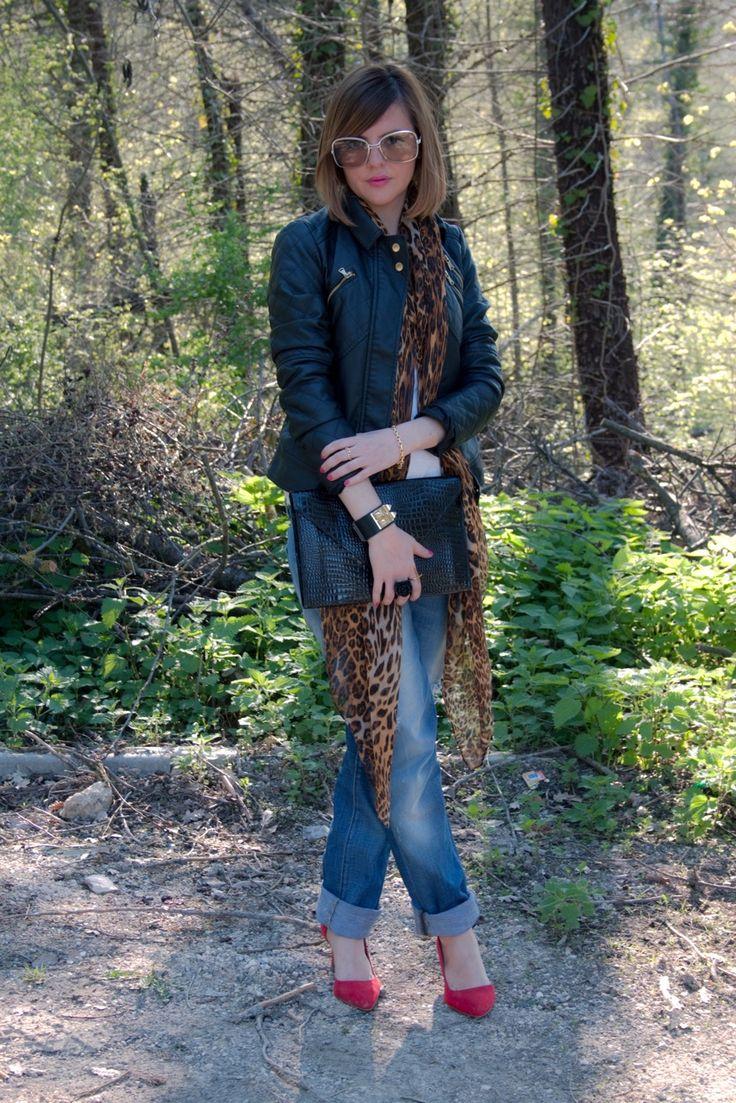 Un paio di scarpe rosse e una sciarpa leopardata #fashionblogger #fashion #moda #ootd #outfits #outfit #cool
