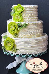 Pastel de bodas con volados de buttercream. Las flores no son comestibles. | Buttercream ruffles. Flowers are non-edible for display purposes only.