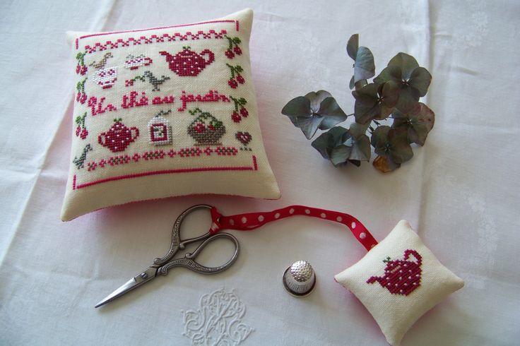 L'Atelier Cerise et Lin - Mes passions : la broderie aux points de croix, mais aussi les créations de couture. J'aime utiliser le linge ancien et dentelles et redonner vie aux trésors d'antan. Donc le dimanche en saison, je vais chiner.