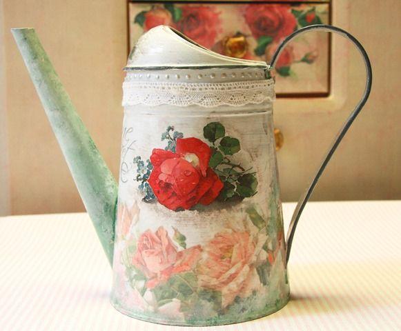 Metalowa konewka w róże