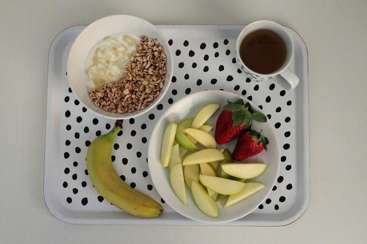 špaldový pukance + bílej jogurt + lesní med + jablko + jahody + banán + Ahmad zelenej čaj